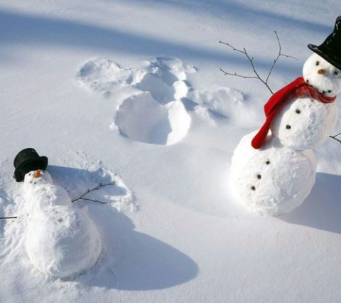 57167-Snowman-Making-Snow-Angels-480x426